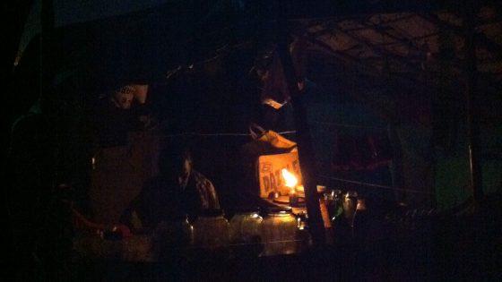 プリーの夜。ビーチでのチャイ店。