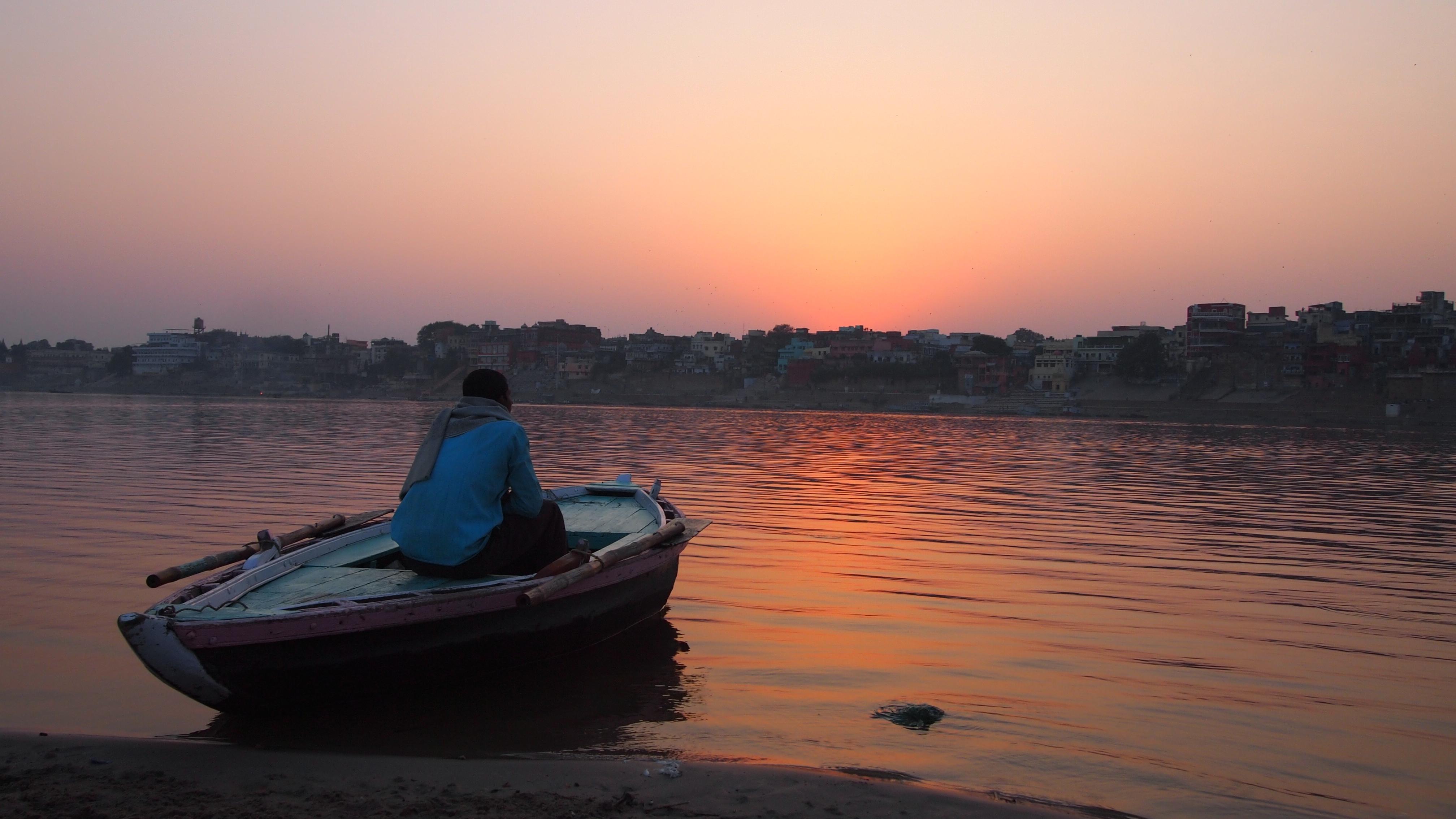 ガンジス川。ボート漕ぎのおじさんと。