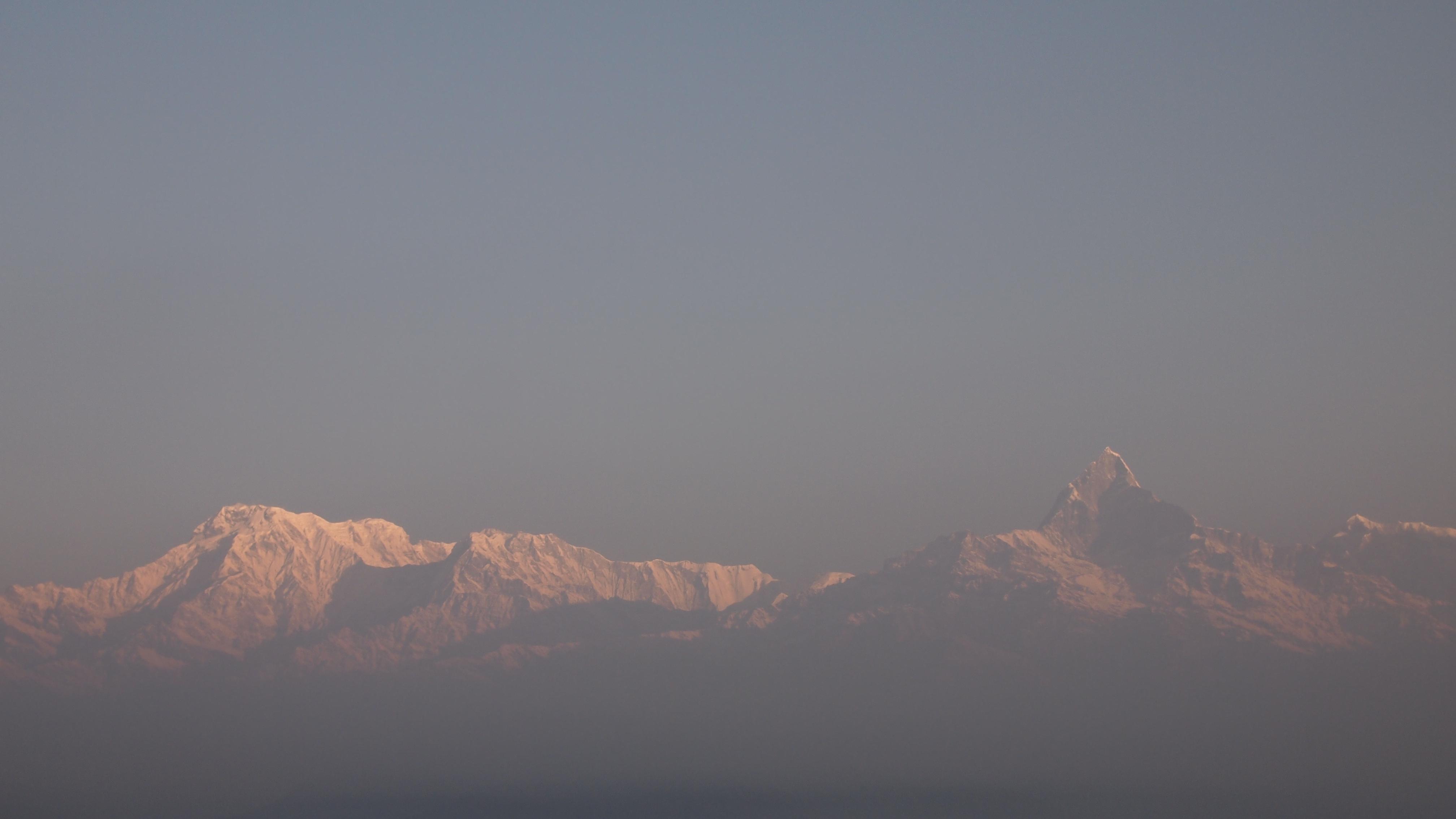 朝のヒマラヤ山脈。