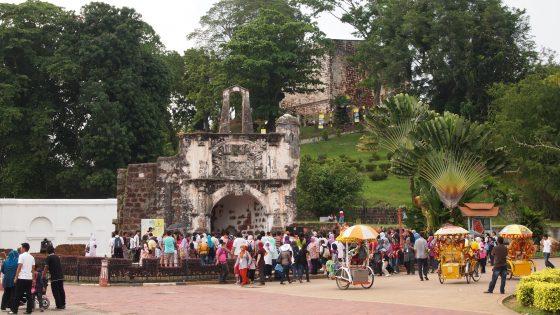 観光名所付近で露店や観光客でいっぱい。