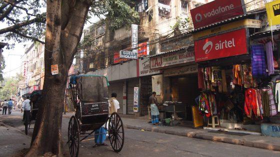 コルカタの安宿が集まるサダルストリート。