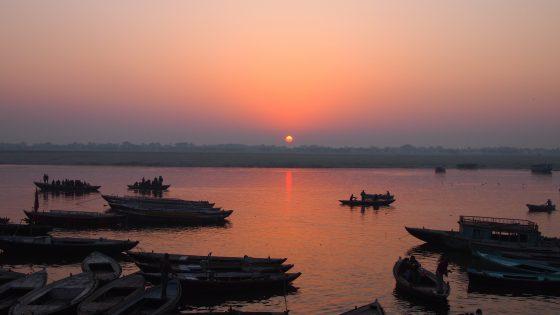 チャイを片手に眺める夕日。ガンジス川。