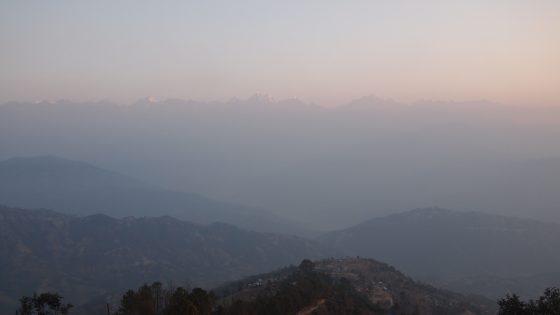 朝焼けの奥に現れるヒマラヤ山脈。