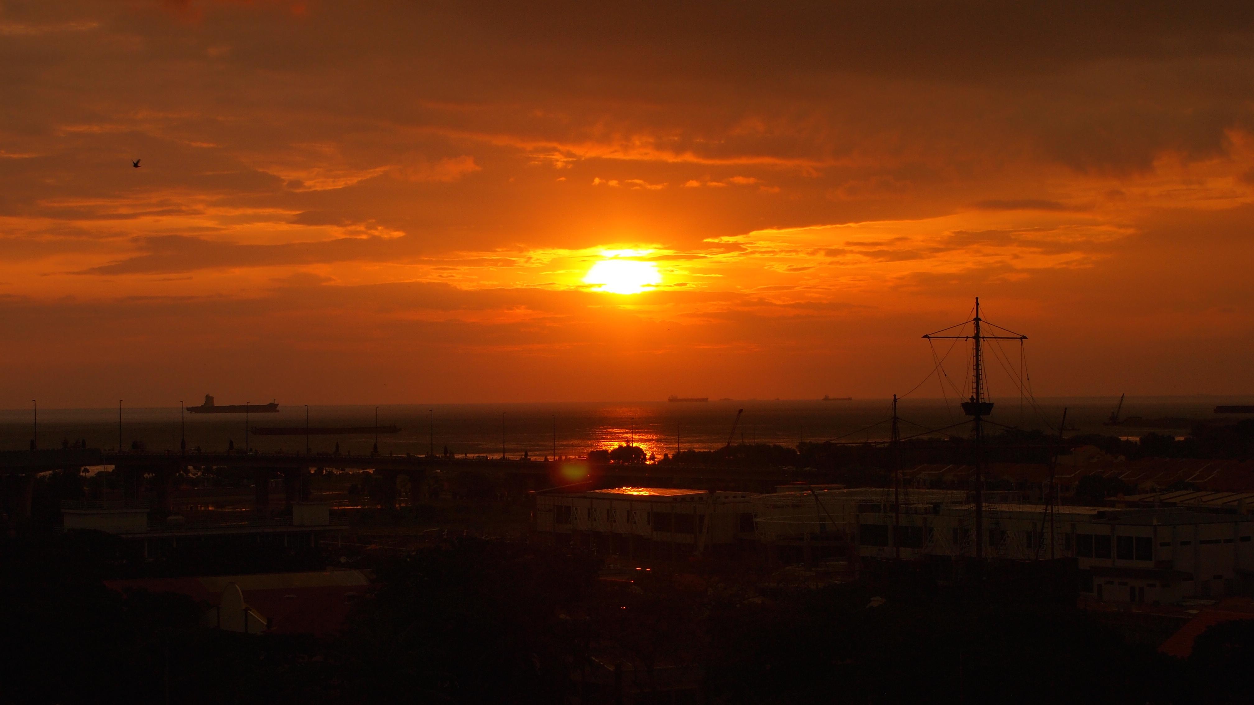 マラッカの夕日。この旅最初のマジックタイム。