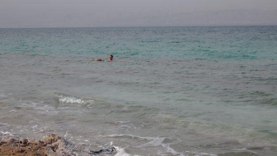 死海。塩分濃度が高く、身体がプカプカと浮く。
